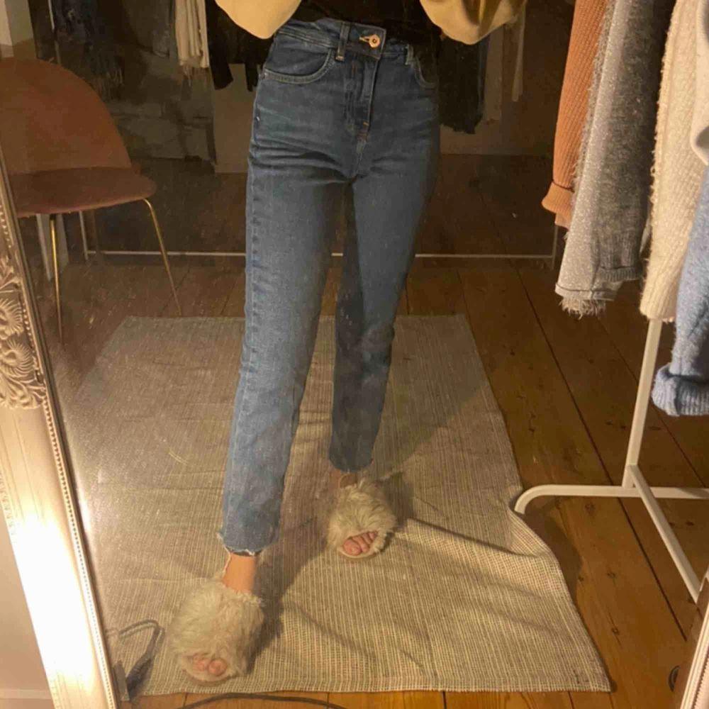 Blåa jeans från zara 💙 Storlek 34.  ((Klippta nedtill ))  Köparen står för frakten . Jeans & Byxor.
