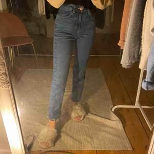 Blåa jeans från zara 💙 Storlek 34.  ((Klippta nedtill ))  Köparen står för frakten