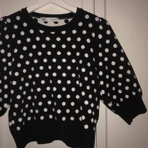 Prickig tröja från zara o storlek m, tjockt material med lite puffiga ärmar. Sitter jättesnyggt! Använd en gång.