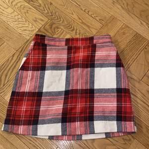 Söt rutig kjoli strl XS från Abercrombie & Fitch i bra skick. Pris kan diskuteras