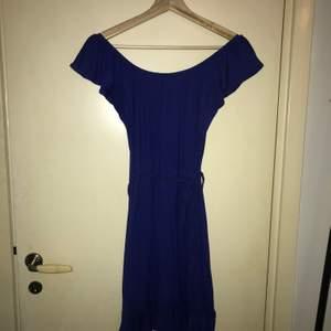 Jag säljer min blåa klänning. Använd ett par gånger men inte under senare tid. Är i bra skick och har inga skador eller fläckar. Klänning kommer dock lukta rök vid leverans pga mitt hushåll och bör därför tvättas före användning! Frakt tillkommer