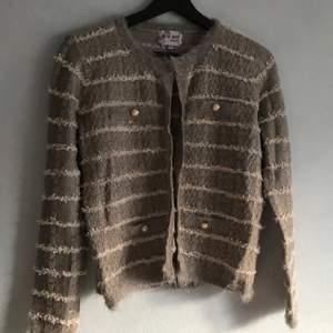 en söt stickad cardigan tröja med knappdetaljer. kan hämtas i söderort i sthlm eller postas 💜