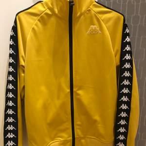 Senapsgul kappa anniston jacket i storlek xs. Säljer pga inte kommer till användning. Endast använd 2 gånger så den är som ny.