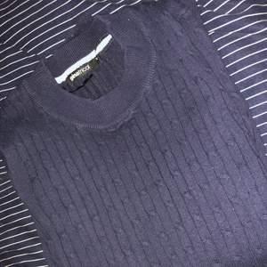 En blå stickad tröja från ginatricot. Är i bra skick fast att den har blivit buren ett par antal gånger. Frakten ingår inte i priset!