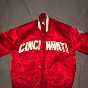 Säljer min röda college/baseball jacka. Köpt i somras för 400 i second hand butik. Storlek M. Jag är 188. Högsta bud 300 plus 63kr frakt!