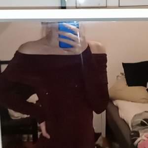 Off shoulder tröja köpt på only, använd få gånger då jag inte vet hur jag ska styla den, den är vinröd