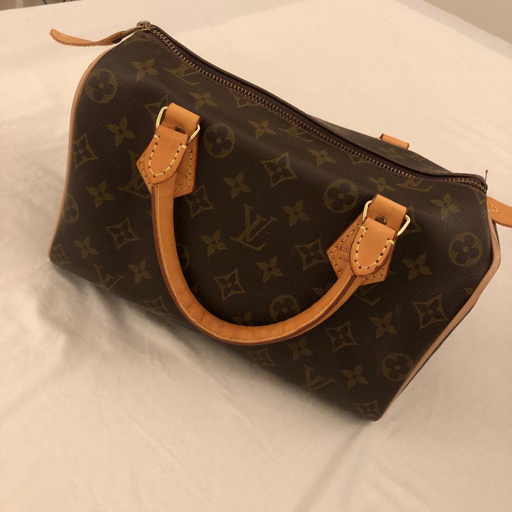 Fake Louis Vuitton väska. Väskan är köpt här på Plick för 500kr. Superfin väska i fint skick. Säljer pga den var lite mindre än vad jag tänkt mig. Vet ej hur använd den var innan jag köpte den.. Väskor.