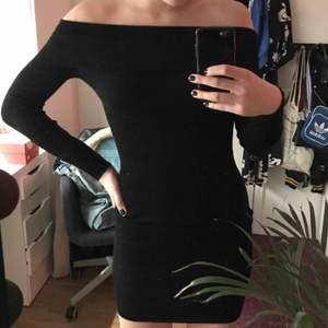 en tajt offshoulder klänning från forever21. materialet är stretchigt så passar XS-L då den går att dra ut nere vid benen.  offshoulder-axlarna går att dra upp. Skriv för fler bilder/info!☺️