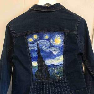 Jeans jacka från Pret ( ny pris ca 700kr) Handmålad starry night på ryggen  Den är målad med akrylfärg vilket gör att den kommer flagna lite med tvätt, men som tur behöver man ju inte tvätta jackor så 🙂
