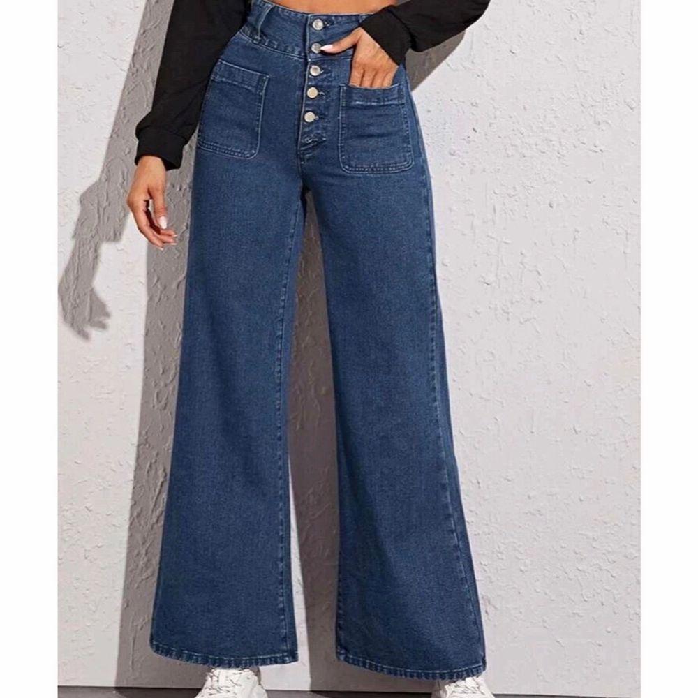 Helt oanvända byxor då storleken inte blev rätt. De är i storlek S men skulle nog säga att de är mer som en storlek M. Jag är 170 cm och byxorna går ner till mina anklar. Skriv privat för fler bilder💕 Frakten ingår!!. Jeans & Byxor.