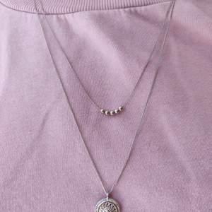 Långt dubbel halsband, silverfärgat, oanvänt. 20kr +frakt