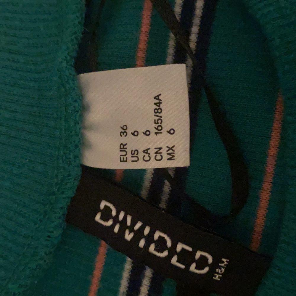 En randig klänning från H&M, säljer eftersom den inte kommer till användning. Passar allt från XS till M, extremt stretchig. Klänningar.
