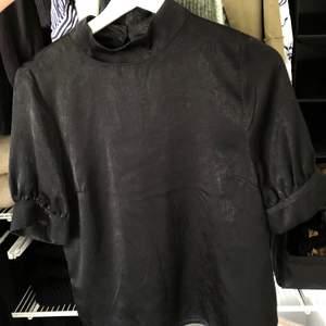 Svart blus i storlek som passar både S och XS! I priset ingår frakten!