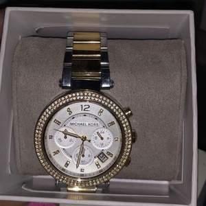 Jag säljer en Michael kors klocka bara använd 1 gång