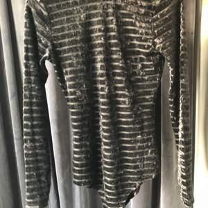 Helt ny svarta velour body från NewYorker, aldrig använd. Svårt att få den rättvis på bild men jättefin svart body med mesh i mellan. Storlek S. 70kr eller bud, köpare betalar frakt. 😁📦