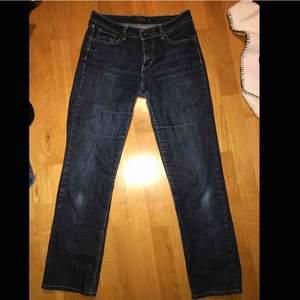Lågmidjade straight Levis jeans som används en del men anser att dem är i gott skick. Äkta vad jag kan avgöra då de köptes second hand för 200kr:) köpare står för frakt