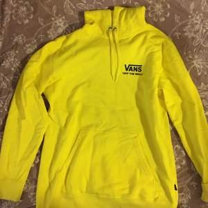 Oanvänd, perfekt skick! Snygg citron gul hoodie från Vans, strl L men sitter snyggt oversize på mig med M (är 176 cm). 200 + frakt/porto