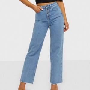 Jättesnygga trendiga straight jeans från Nelly, aldrig använd, bara testad. Sitter jättebra i midjan och benen, sitter som en 36/38 i storleken. Priset kan diskuteras och sänkas.
