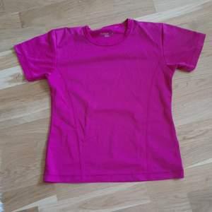 Lite mer åt det kila hållet och är storlek 36. Luftig tröja med ett mönster som ska lufta bra men har lite nopprigt men jätte lite och på baksidan (bild 3). 100 kr inklusive frakt