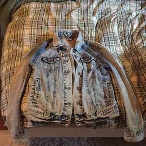 Jeansjacka från FB sister. Säljer pga att den inte används längre. Använd några gånger men i perfekt skick!