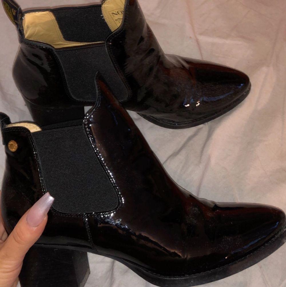 Novita boots i nyskick, äkta skinn. Nypris 2200kr säljer för 800kr inklusive frakt. Storlek 39 men passar mig som normalt har 38. Skor.