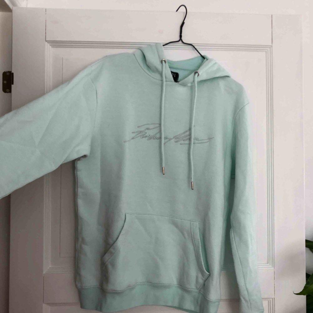 Så fin och trendig hoodie från boohoo! Kommer tyvärr inte till användning längre♻️ Köparen står för frakt✨ Behöver bli av med allt snabbt! Annars skänker jag det😊. Huvtröjor & Träningströjor.