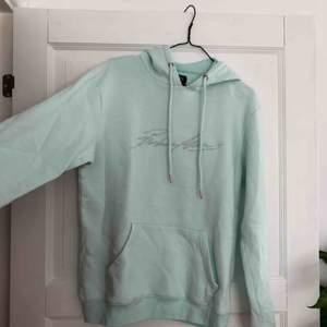 Så fin och trendig hoodie från boohoo! Kommer tyvärr inte till användning längre♻️ Köparen står för frakt✨ Behöver bli av med allt snabbt! Annars skänker jag det😊