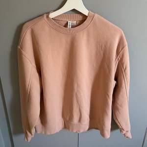 oversized sweatshirt från h&m som tyvärr är för stor på mig, därför är den knappt använd 🧚🏼♀️ betalning via swish, frakt tillkommer ☁️