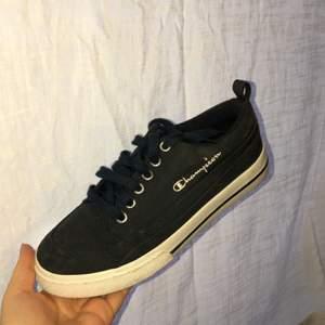 Mörkblå supersnygga skor ifrån märket champion. Använda endast en gång. I storlek 37