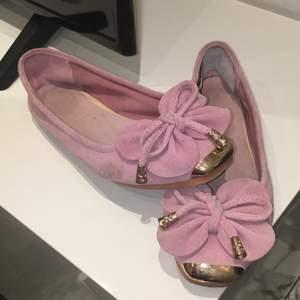 Rosa fina sko 🥿 har använt de flera gånger men de är för små för mig