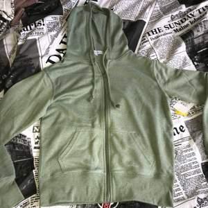 Jättefin tröja i härlig grön färg. Fint skick dvs finns inget att anmärka, prislapp finns kvar. Köparen står för frakten på 63 kr (spårbart).