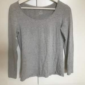 Denna långärmade tröja sitter både tajt och lite löst som exempelvis vid u-ringningen som är lite större vilket jag tycker ger en comfy look. Storleken är M men passar även S. Köparen står för frakten☺️