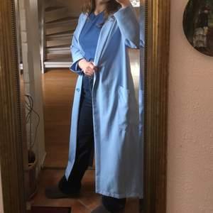 Så elegant och fashionable kappa, sval och oversized. Två knappar och två stora fickor. Något nopprig men det är inget som sänker plagget, syns knappt :) säljer pga använder mindre än den förtjänar