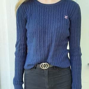 Säljer denna marinblå tröja ifrån ginatricot. Är i bra skick och säljer denna för att den är för liten. Frakt tillkommer 🥰❤