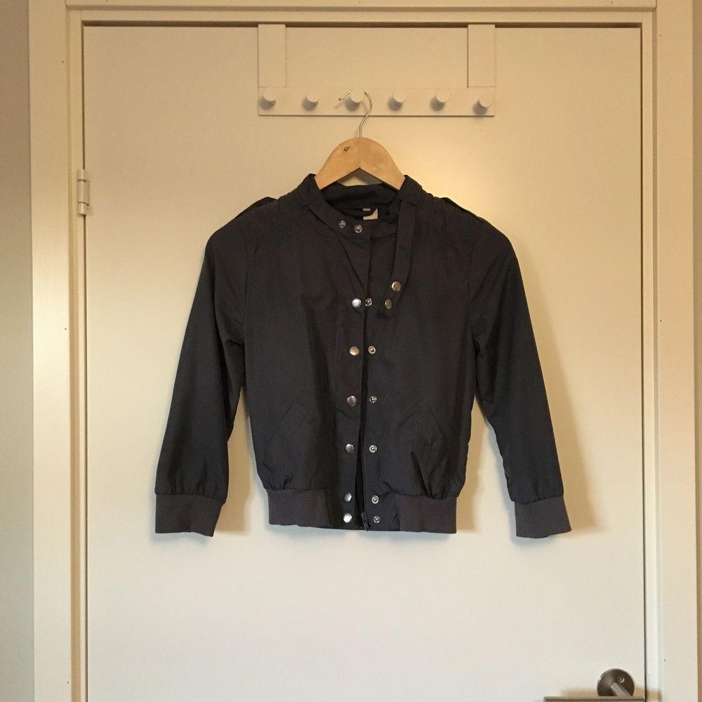 Midjekort jacka från H&M i blå/grå färg. Stl 32. Gott skick. Frakt betalas av köparen.. Jackor.