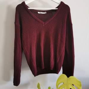 Stickad vinröd tröja från NA-KD, i princip oanvänd. Köparen står för frakt.