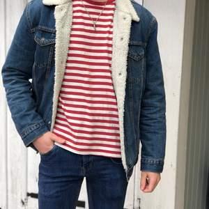 En snygg randig tröja från carlings i storlek S. Kan skicka mer bilder om en är intresserad. Köparen står för frakten✨