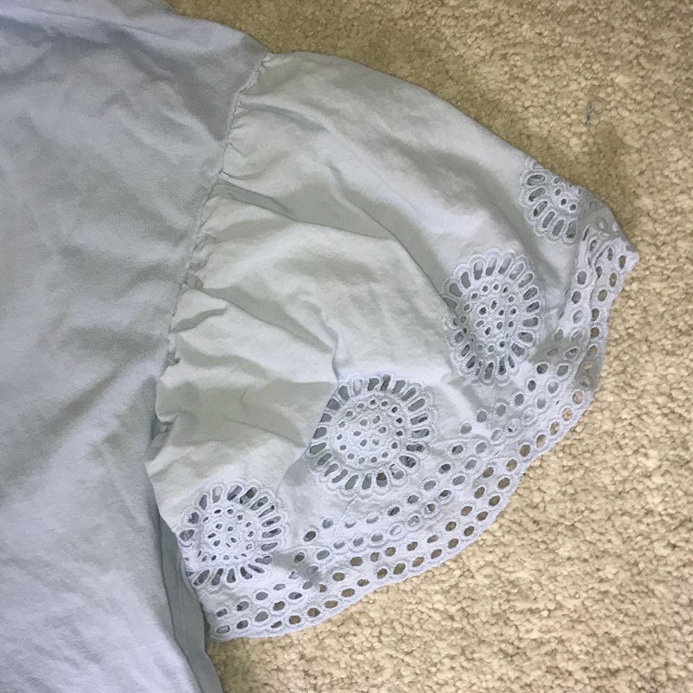 Mycket fin babyblå färg och ursöta ärmar. T-shirts.