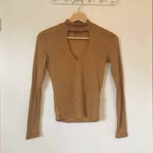 Guldglittrig tröja med krage från H&M divided. Stl XS. Gott skick, knappt använd. Frakt betalas av köparen.