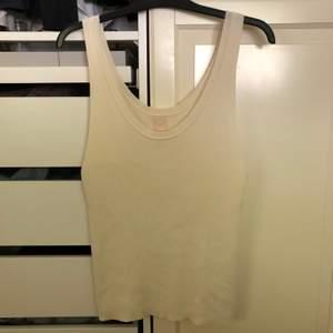 Superhärligt ribbat linne i krämvit färg, använd en gång så är som ny⚡️ frakt tillkommer
