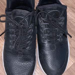 Nike huarache in black leather. Can be used as running shoes. It fits 37,5 because it sits a little thight. Used twice.