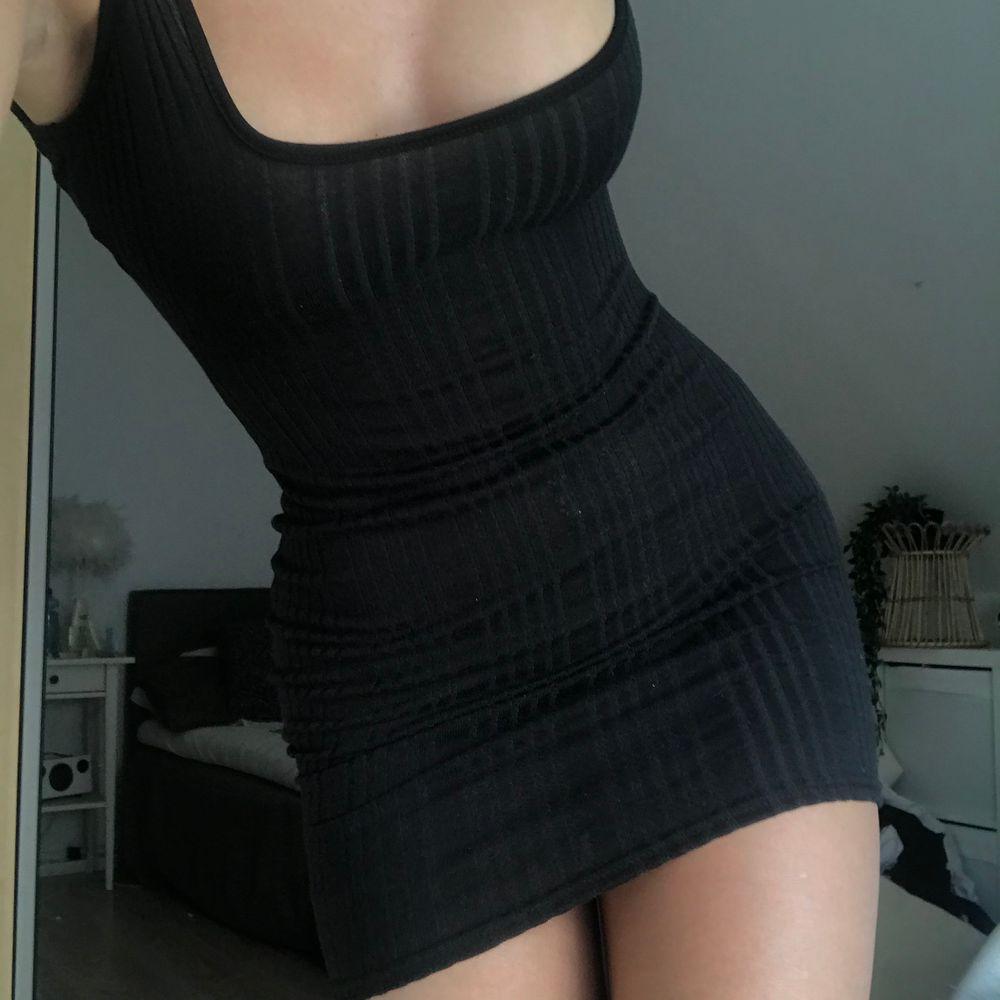 Säljer den här sjukt snygga klänningen som sitter tight på kroppen och framhäver kurvor! Tyvärr är den för liten runt mina bröst (jag har 75C) så den är helt oanvänd, endast testad. Frakt ingår i priset 💕 strl 36, men skulle säga att den även passar 34. . Klänningar.