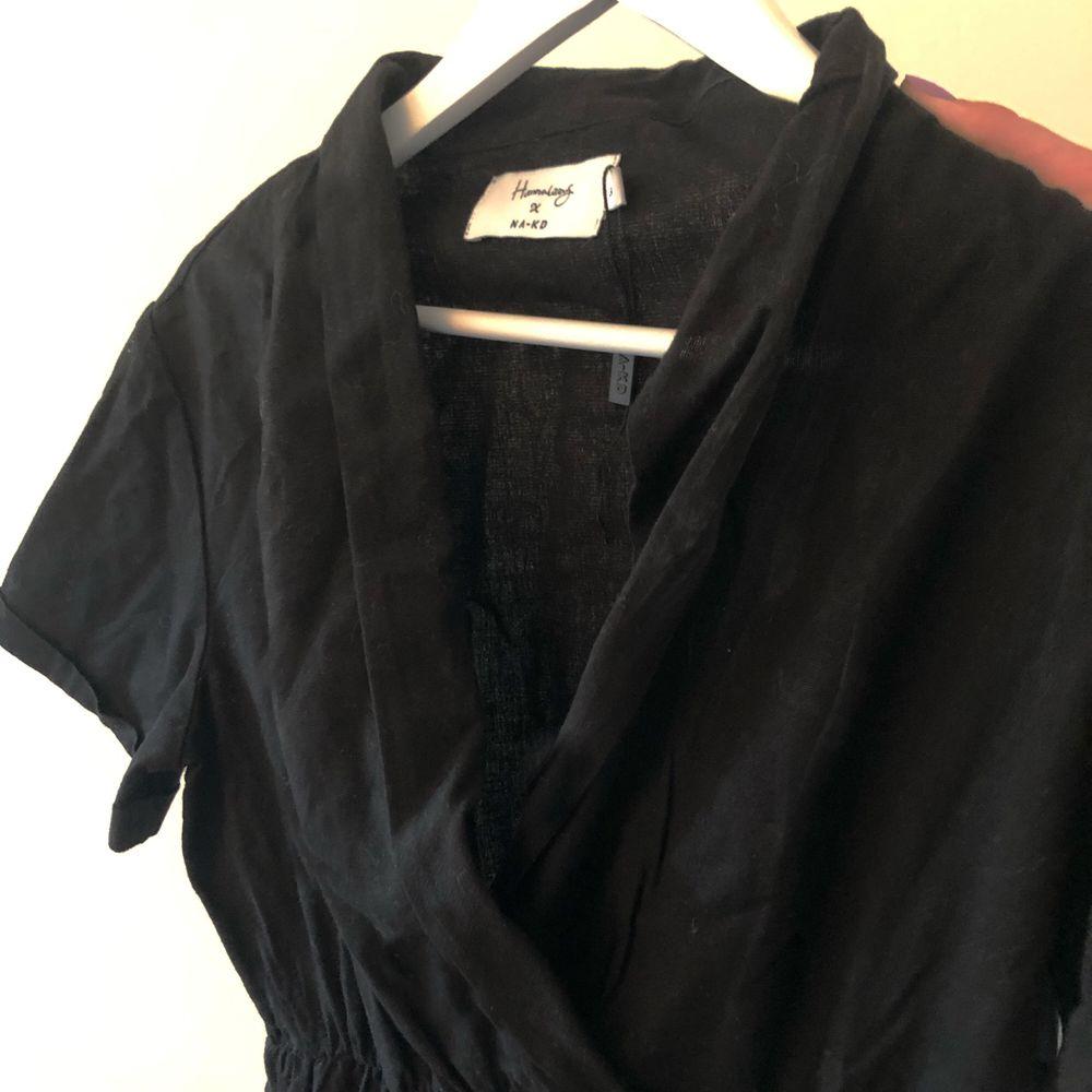 Så fin vardagsklänning från NaKd, perfekt nu till sommaren! Aldrig använd och är storlek S. Köpt för 130 kr men jag säljer för 70 kr✨. Klänningar.