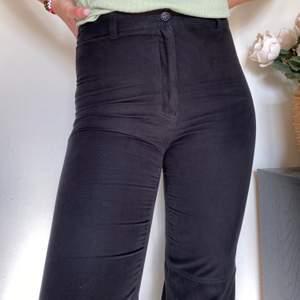 Ett par mockaimmiterade byxor! Snörningen vid benen tycker jag personligen gör heeela byxan!🤩 Skitsnygga i storlek 40 men passar bättre på en 38! (SWISH) frakt=63kr