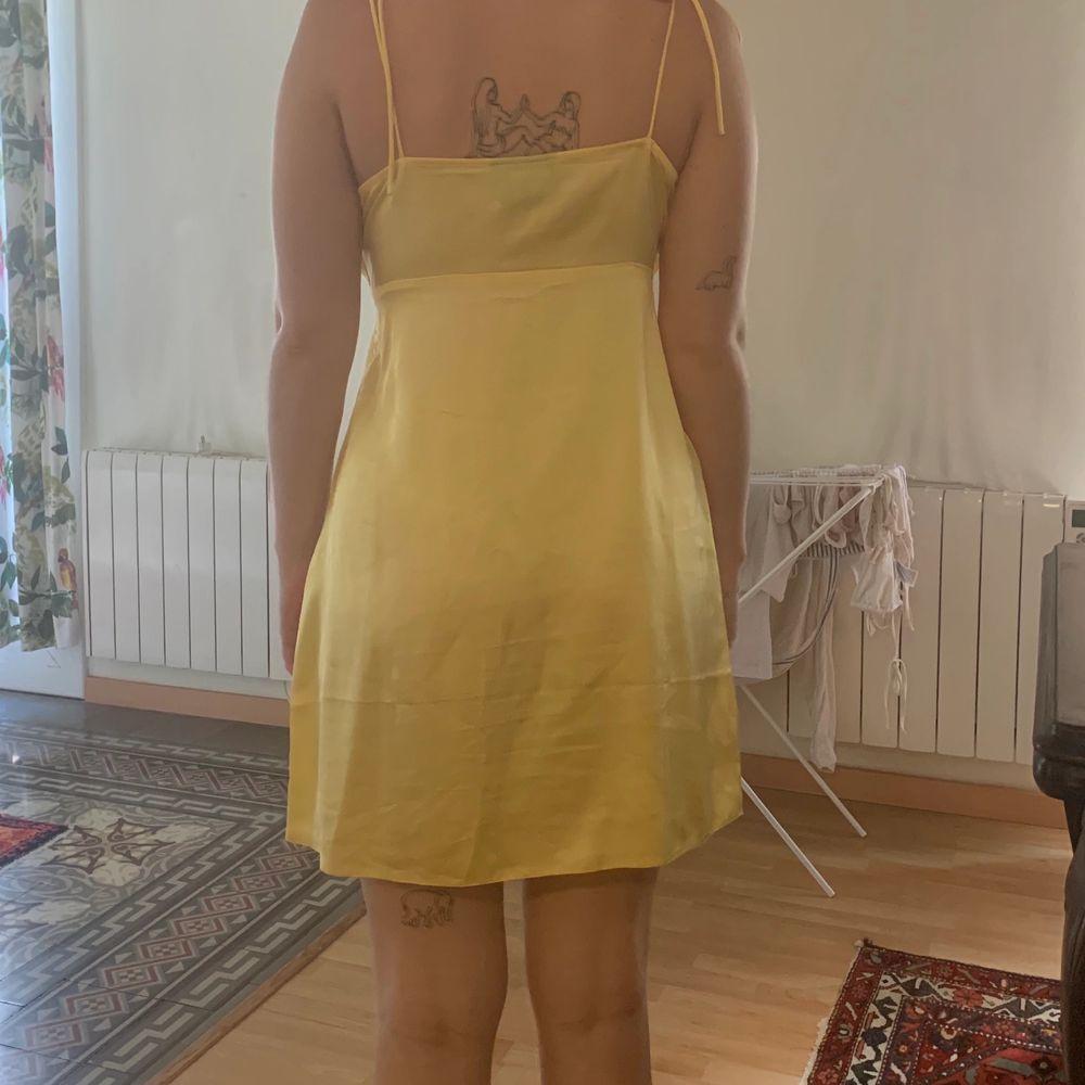 Supergullig klänning som tyvärr inte kommer till användning, liten i storleken 🌸  eventuell frakt står köparen för. Klänningar.