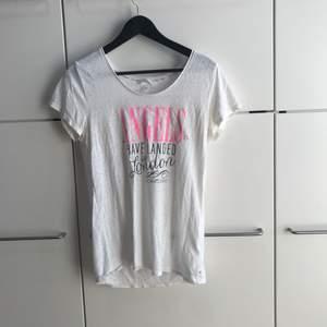 Snygg men framförallt skön T-shirt från VS! 😍 pärlorna på ryggen lyser mer och är rosa-lila!
