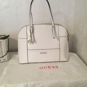 Helt oanvänd guess väska som köptes för 4000kr, dustbag ingår. Vid snabb affär kan priset diskuteras.