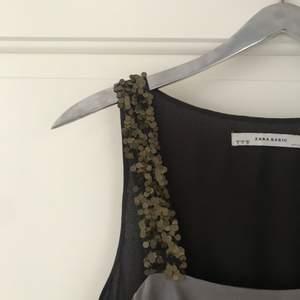 Säljer denna i princip oanvända festklänningen med volanger och paljettaxelband från ZARA! Storlek : S men passar även M ( lite större i storleken)  Köpare står för frakten. Jag tar Swish!