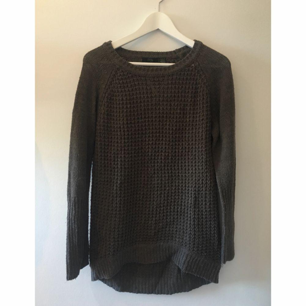 Gråbrun stickad tröja från Urban Outfitters, mysig på kalla sommarkvällar! . Tröjor & Koftor.