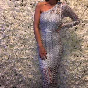 Festlig silverfärgad klänning. Skall egentligen bäras med höga hudfärgade trosor och tub bh. Som medföljer.Sytt en egen underklänning som på bilden, även den medföljer.XS Köparen står för frakten